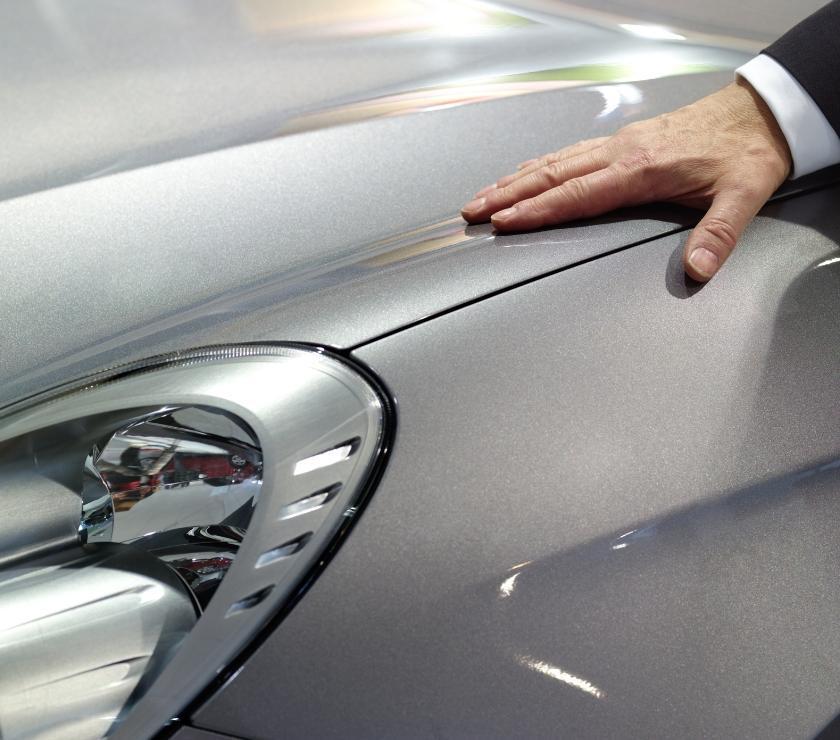 Osoba dotykająca samochodu